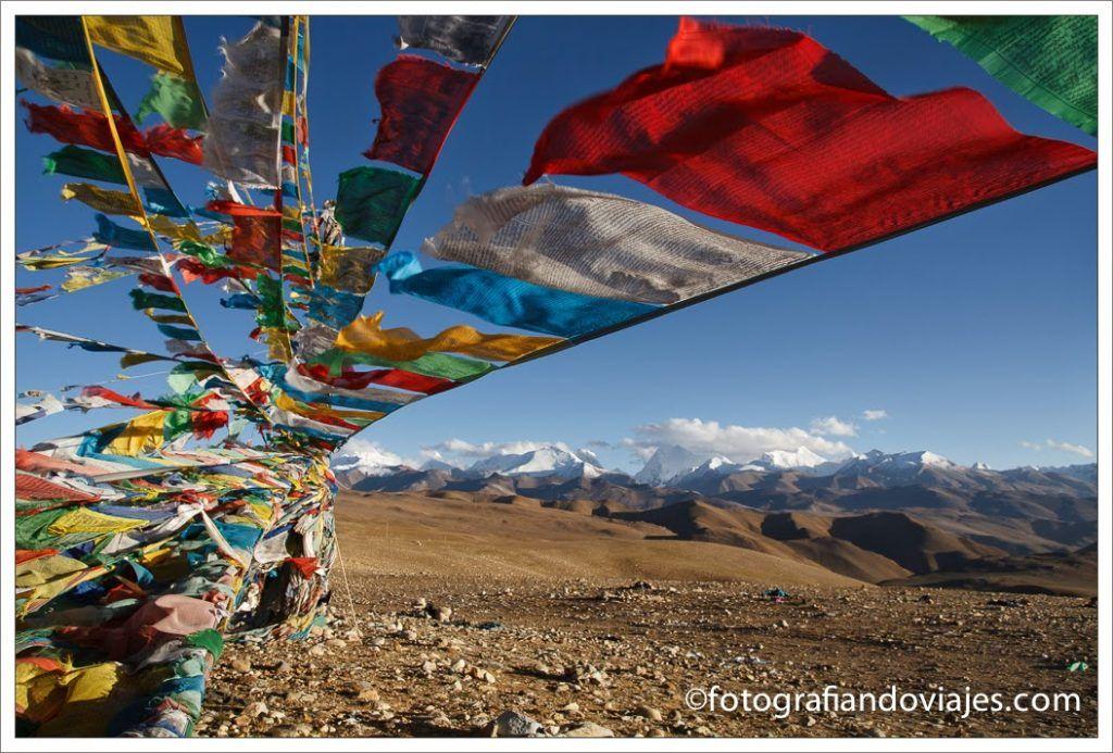 Banderas de oración ondeando en el Himalaya