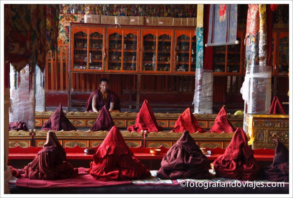 Monje tibetano meditando