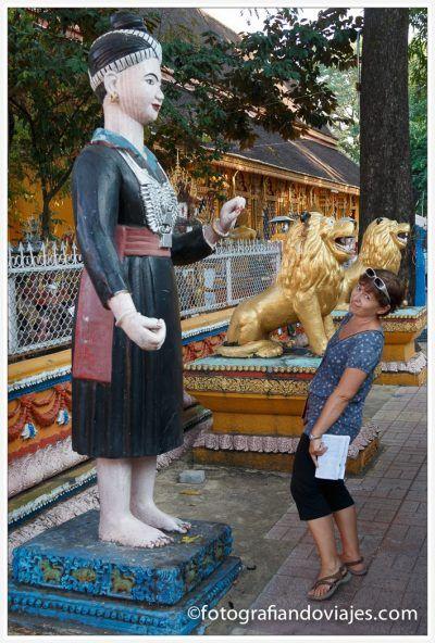 Figuras en el exterior de Wat Si Muang