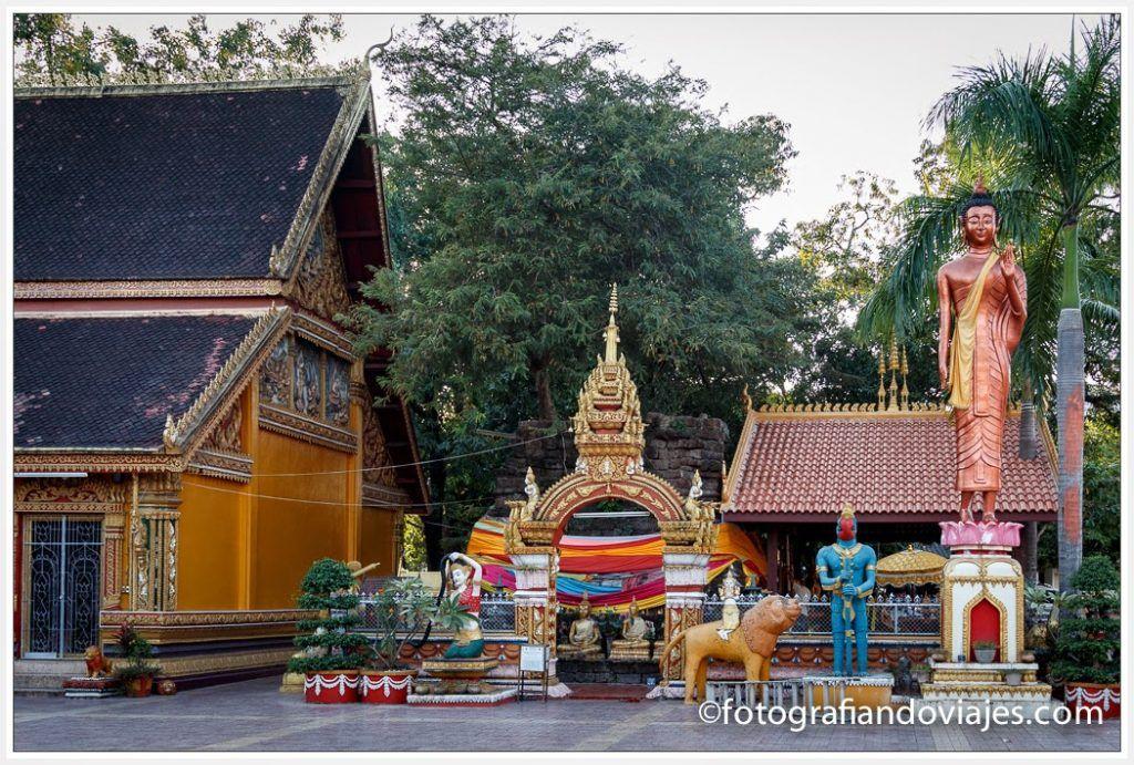 Figuras en el exterior de Wat Si Muang en Vientiane