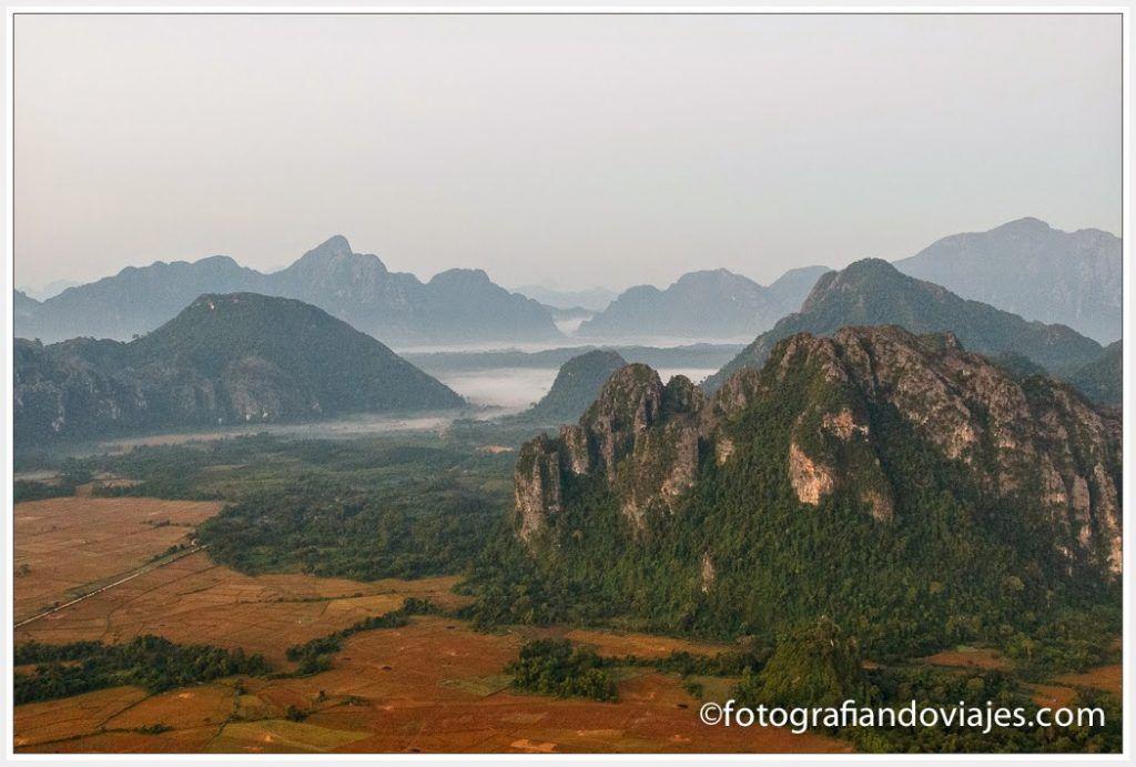 Vistas desde el globo al amanecer en Vang Vieng Laos