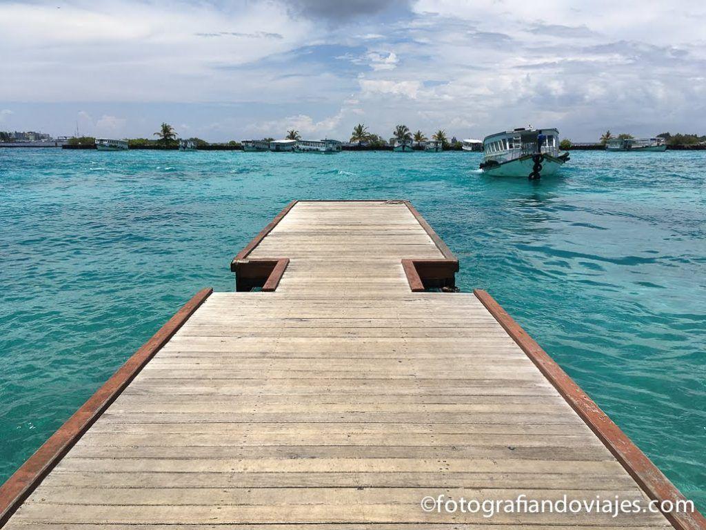 Ferry en el aeropuerto Maldivas