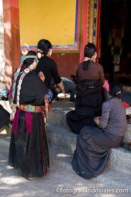 peregrinos en monasterio de Samye en Tibet