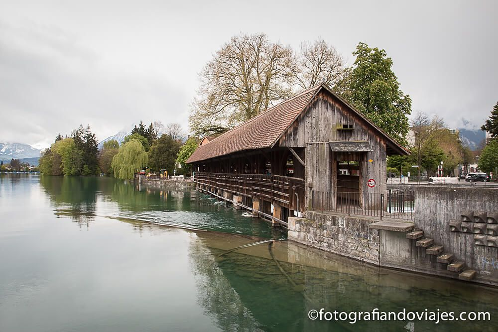 Flusswelle o dique de madera Thun Suiza