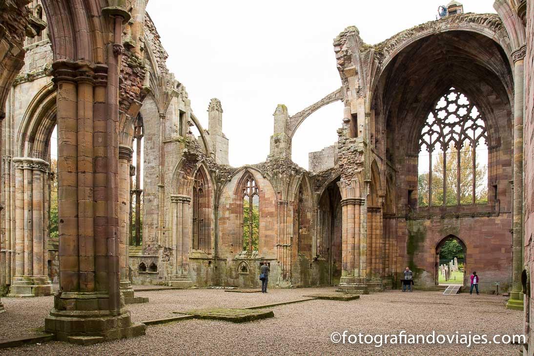 Interior de la abadía de Melrose