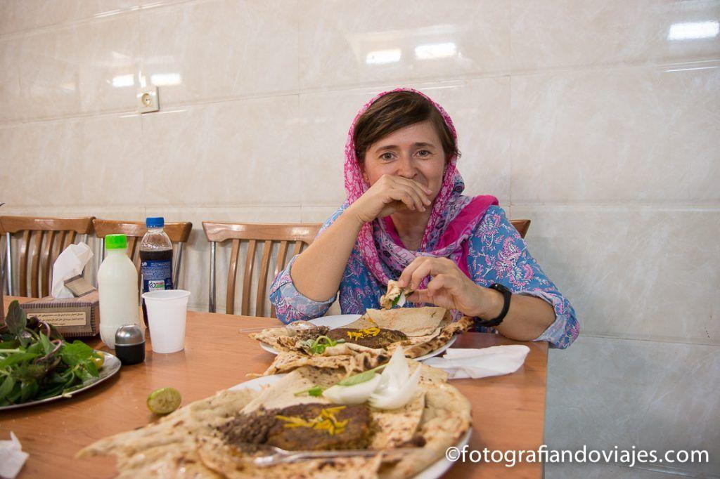 Comiendo en el bazar de Isfahan