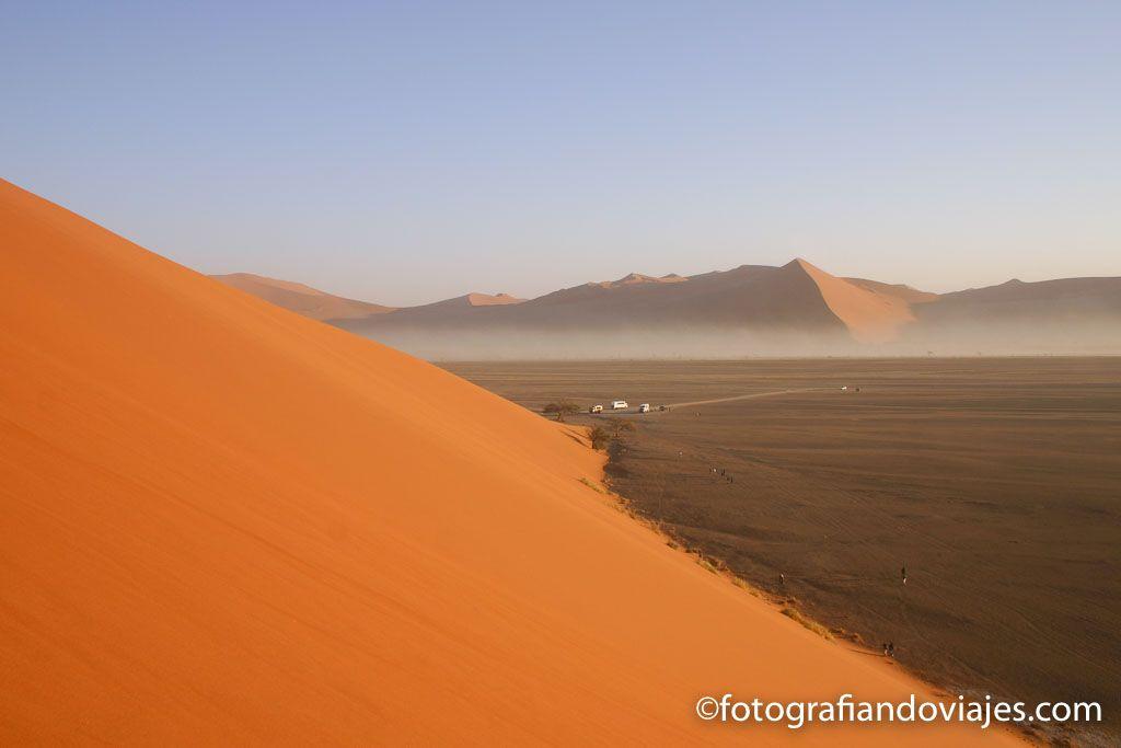 Los camiones en la base de las dunas