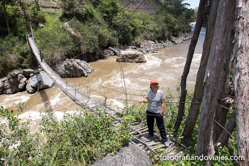 Puente colgante en el trekkking de papua