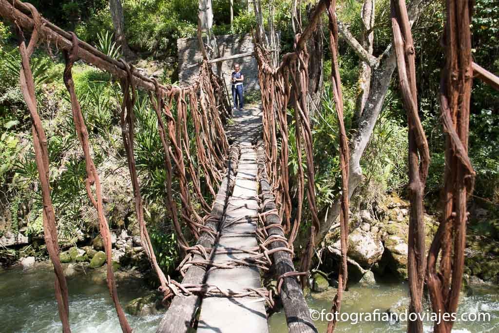 Puente colgante en el rio Baliem