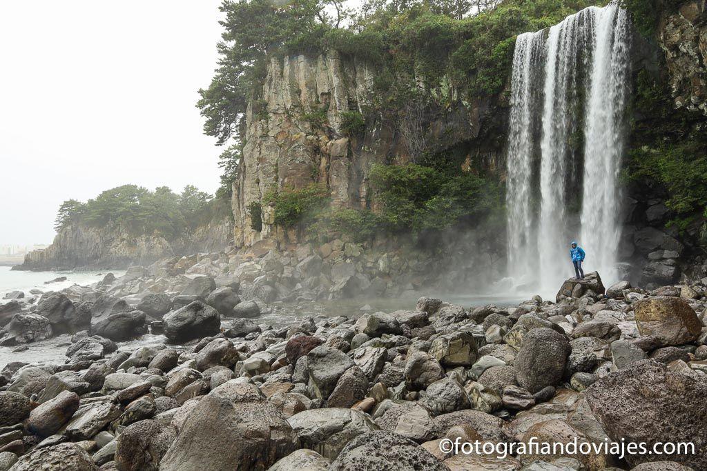 Cascadas Jeongbang en la isla de Jeju Corea del Sur