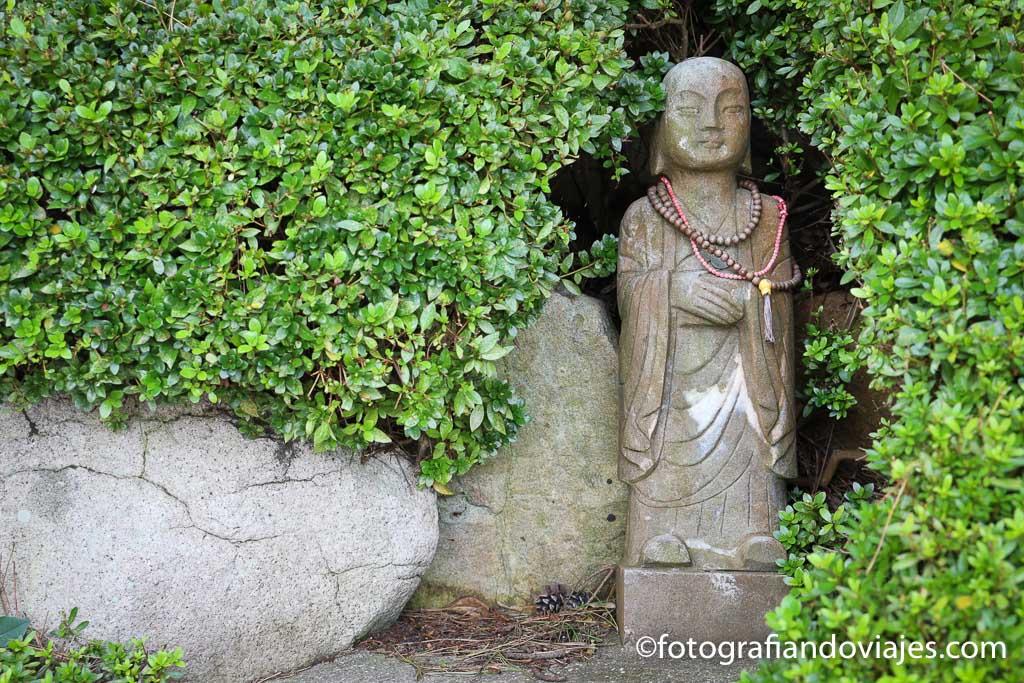 figura en templo budista