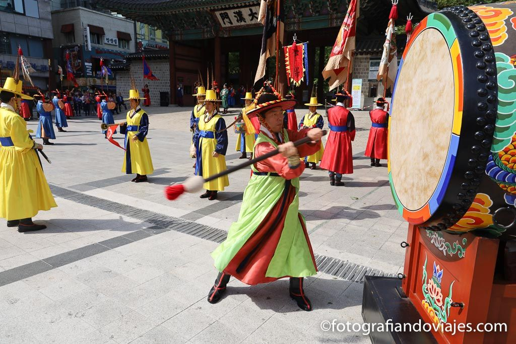 cambio de guardia en el palacio Deoksugung de Seul